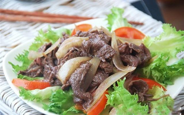 Hành tây xào thịt bò rất tốt cho người bị cảm cúm, sổ mũi, nhức đầu, bụng đầy, nhiễm khuẩn đường ruột, bí tiểu, mỡ máu cao, phong thấp nhức mỏi...