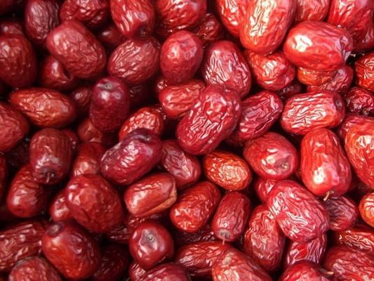 Đại táo trong món Canh đậu đỏ đại táo có tác dụng bổ trung ích khí, hoạt huyết, bổ huyết.