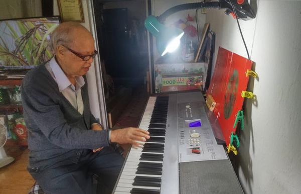 Nhạc sĩ Xuân Tứ say sưa bên phím đàn.