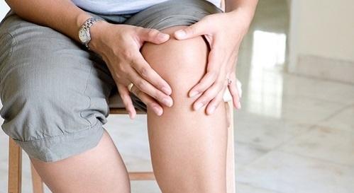 Day xoa và miết khớp gối giúp giảm đau và phục hồi vận động khi bị thoái hóa khớp gối.