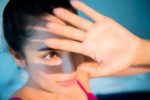 Ánh nắng mặt trời làm tăng nguy cơ mắc các bệnh về mắt.