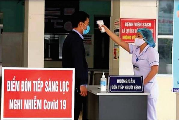 Kiểm tra thân nhiệt khi vào bệnh viện để phòng ngừa COVID-19.