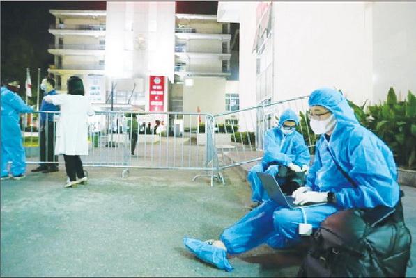 Phóng viên tác  nghiệp tại  hiện trường bệnh viện bị phong tỏa. Ảnh: Nguyễn Nam
