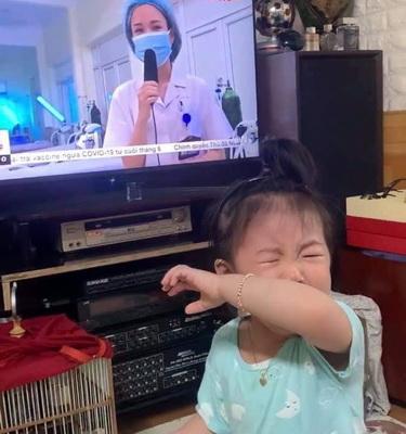 Nhìn thấy mẹ trên tivi, bé bỗng òa khóc...