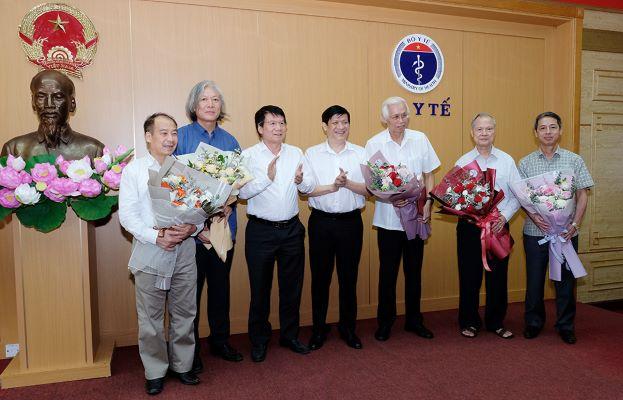 GS.TS. Nguyễn Thanh Long - Quyền Bộ trưởng Bộ Y tế, TS. Trương Quốc Cường - Thứ trưởng Bộ Y tế tặng hoa các thành viên Hội đồng