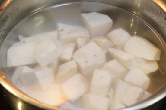 Nên ngâm khoai sọ trước khi nấu