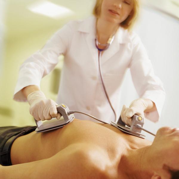 Cách phân biệt cơn đau tim và ngừng tim đột ngột