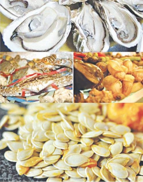 Lựa chọn thực phẩm giàu vitamin và khoáng chất từ các loại thực phẩm chứa nhiều chất kẽm như ngũ cốc, hạt bí ngô, đậu phộng, hàu, cua, thịt cừu, thịt bò, thịt gà, cá hồi hay gan động vật... và các thực phẩm như dâu tây, nho... có nhiều chất silic có thể giảm thiểu tình trạng ra nhiều mồ hôi tay và mùi hôi của cơ thể.