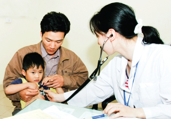 Khi trẻ có dấu hiệu của bệnh hen suyễn, phụ huynh nên cho trẻ đi khám để bác sĩ chữa trị kịp thời.