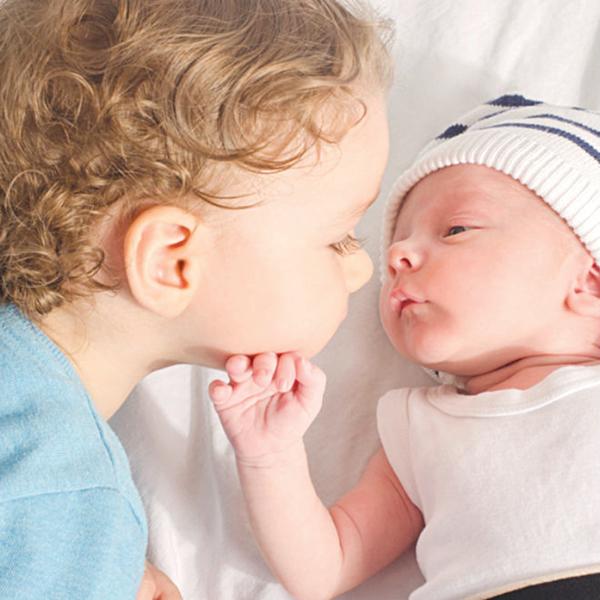 Ganh tị giữa anh chị em khi nhà có em bé mới