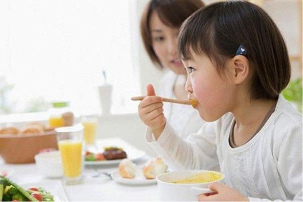 Dinh dưỡng và chăm sóc bé khỏe mạnh trong mùa nóng