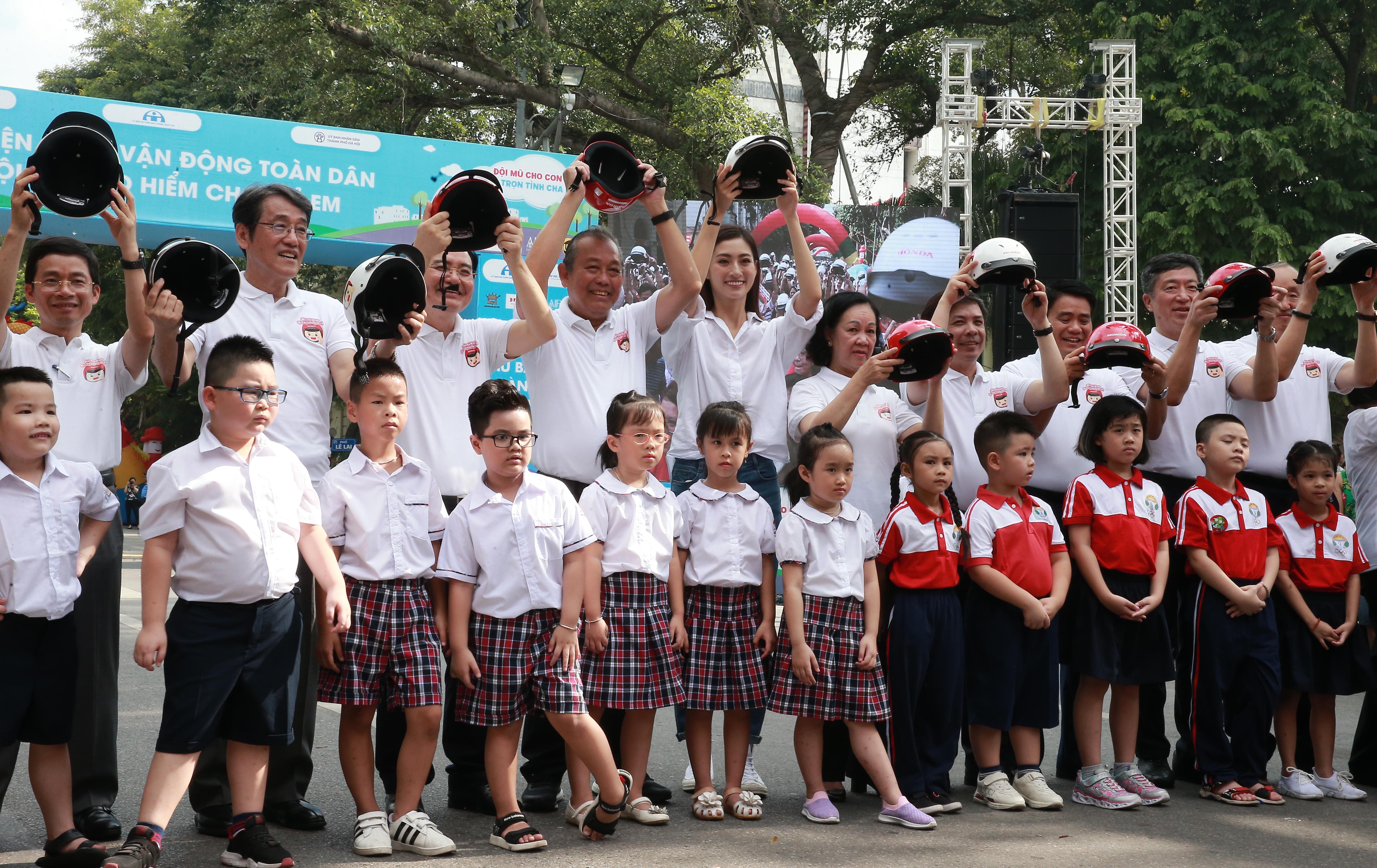 """Phó Thủ tướng đi bộ phát động toàn dân """"đội mũ bảo hiểm cho trẻ em"""""""