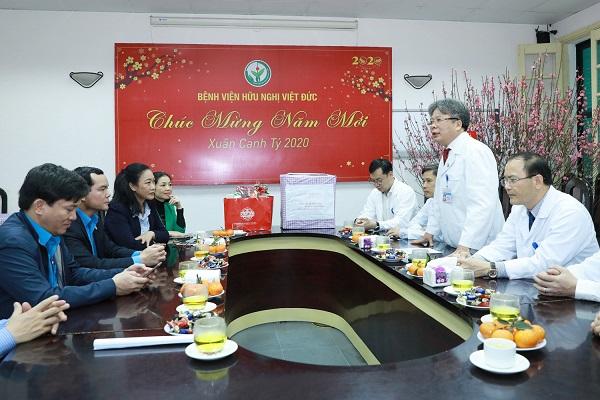 Chủ tịch Tổng Liên đoàn Lao động tặng quà cán bộ y tế trực Tết