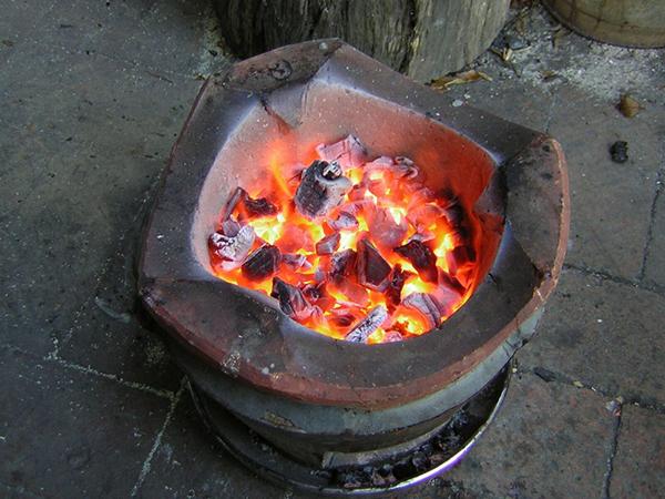 Đốt than sưởi ấm trong ngày đông
