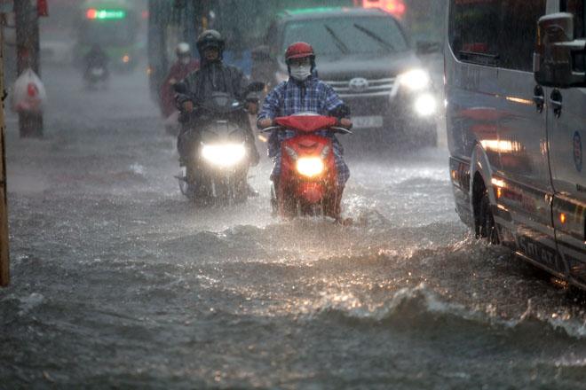 Xuất hiện vùng áp thấp trên Biển Đông, Hà Nội mưa lớn nhiều ngày