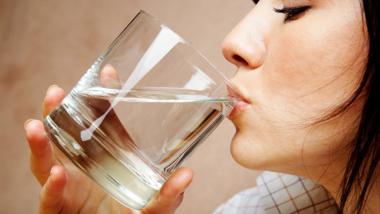 Uống nước ngay sau khi thức dậy phòng ngừa sỏi thận