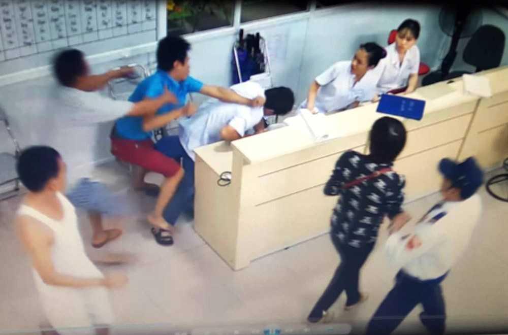 Hành vi hành hung nhân viên y tế cần phải được nghiêm trị