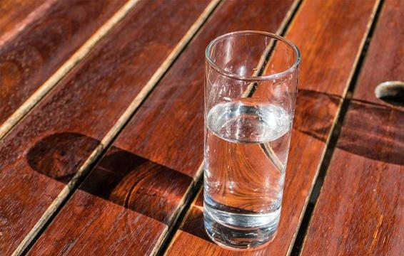 uống nước chống khô da