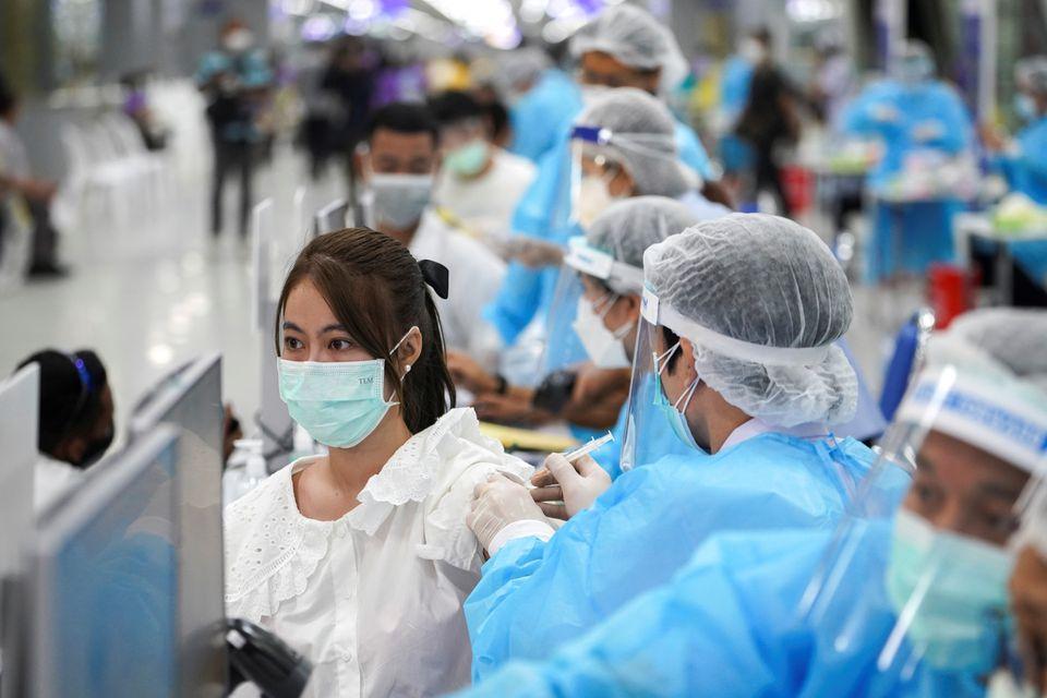 Thái Lan điều chỉnh kế hoạch tiêm chủng vắc xin COVID-19