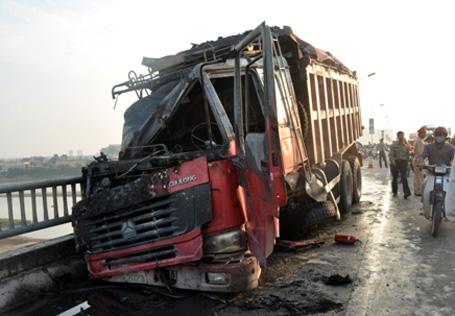 Húc bay lan can, xe tải bốc cháy ngùn ngụt trên cầu Vĩnh Tuy 1