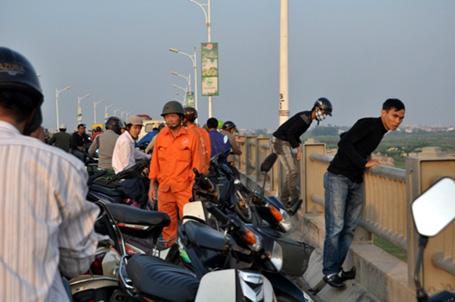 Húc bay lan can, xe tải bốc cháy ngùn ngụt trên cầu Vĩnh Tuy 10