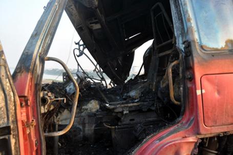 Húc bay lan can, xe tải bốc cháy ngùn ngụt trên cầu Vĩnh Tuy 2