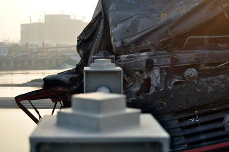 Húc bay lan can, xe tải bốc cháy ngùn ngụt trên cầu Vĩnh Tuy 3