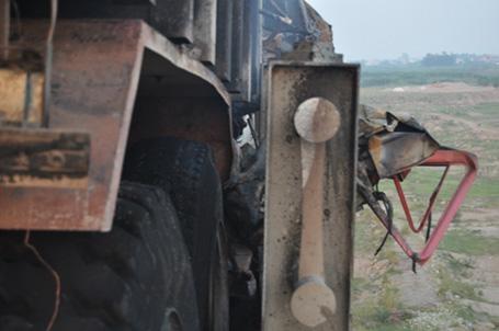 Húc bay lan can, xe tải bốc cháy ngùn ngụt trên cầu Vĩnh Tuy 4