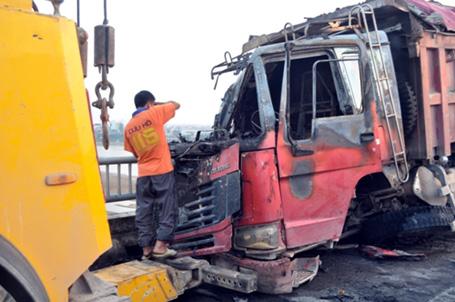 Húc bay lan can, xe tải bốc cháy ngùn ngụt trên cầu Vĩnh Tuy 5