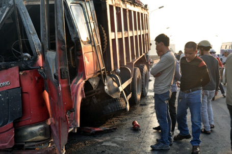 Húc bay lan can, xe tải bốc cháy ngùn ngụt trên cầu Vĩnh Tuy 7