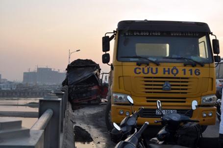 Húc bay lan can, xe tải bốc cháy ngùn ngụt trên cầu Vĩnh Tuy 8