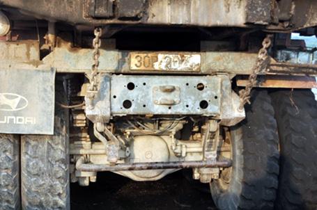 Húc bay lan can, xe tải bốc cháy ngùn ngụt trên cầu Vĩnh Tuy 9