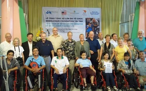 Trao tặng 320 xe lăn cho người khuyết tật tại 10 tỉnh, TP 1