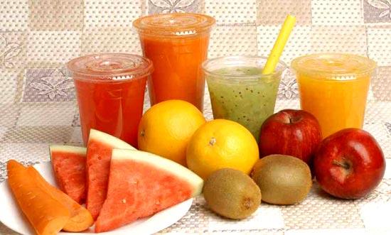 Tăng cường ăn rau, củ, quả và uống nước trái cây sẽ hạn chế khô da.