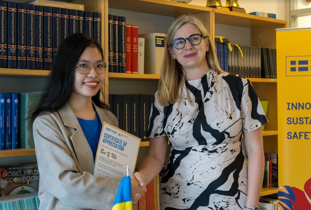 Ý Nhi được Đại sứ Thụy Điển Måwe trao quyền làm 'Đại sứ trong 1 ngày'