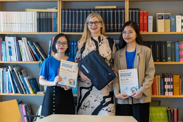 Đại sứ Thụy Điển Måwe chụp ảnh chung cùng Phương Anh và Ý Nhi
