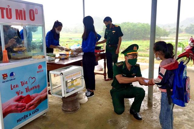 """""""Tủ mì yêu thương"""" ấm lòng đồng bào vùng biên giới ở Thừa Thiên Huế - Ảnh 7."""