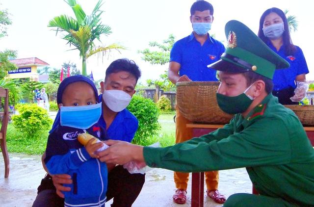 """""""Tủ mì yêu thương"""" ấm lòng đồng bào vùng biên giới ở Thừa Thiên Huế - Ảnh 4."""