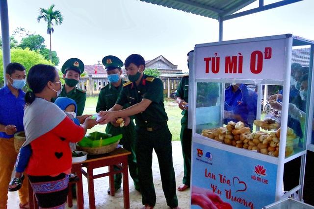 """""""Tủ mì yêu thương"""" ấm lòng đồng bào vùng biên giới ở Thừa Thiên Huế - Ảnh 6."""