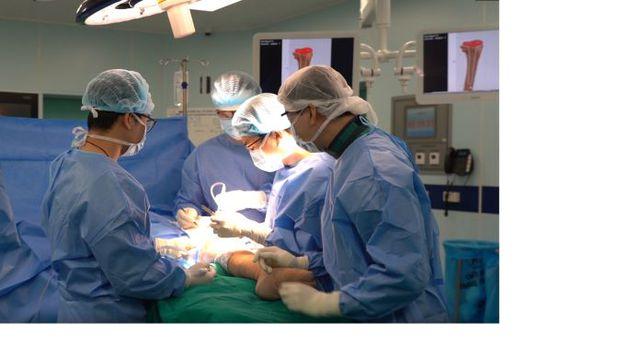 Lần đầu tiên thay thế thành công xương khớp nhân tạo in 3D cho bệnh nhân khuyết tật suốt 18 năm - Ảnh 2.