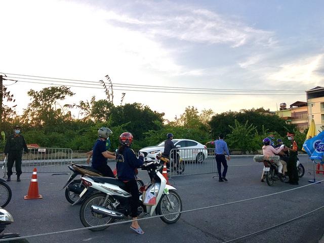 Lý do 22 chốt ở cửa ngõ Hà Nội vẫn kiểm soát giấy đi đường - Ảnh 4.