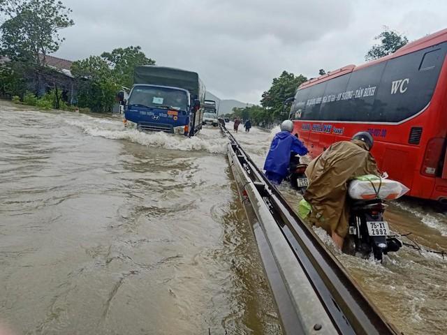 Nhiều tỉnh miền Trung ngập sâu