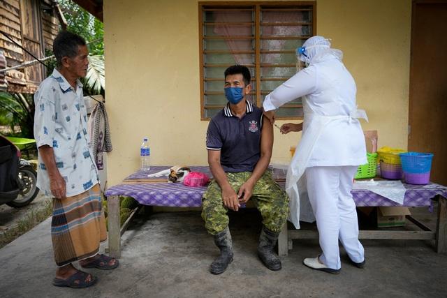 """Người dân Châu Á """"đồng lòng"""" tiêm chủng vaccine ngừa COVID-19 - Ảnh 3."""