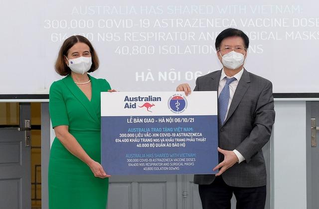 Bộ Y tế tiếp nhận thêm 300.000 liều vaccine COVID-19 và  trang thiết bị chống dịch từ Australia - Ảnh 3.