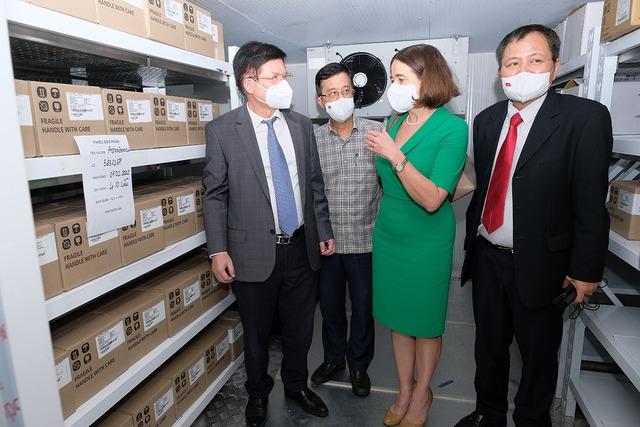 Bộ Y tế tiếp nhận thêm 300.000 liều vaccine COVID-19 và  trang thiết bị chống dịch từ Australia - Ảnh 4.