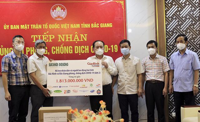 Thứ trưởng Bộ Y tế Nguyễn Trường Sơn (thứ hai từ trái sang) cùng đại diện Báo Sức khỏe&Đời sống trao tặng hỗ trợ cho Mặt trận Tổ quốc tỉnh Bắc Giang.