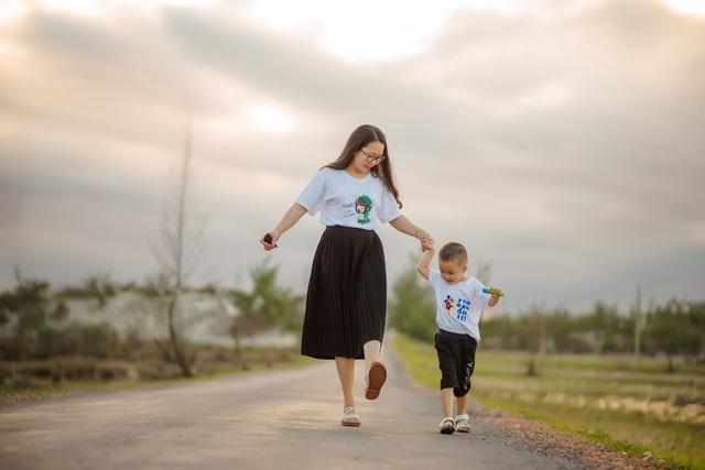 Đứa con nhỏ chính là động lực lớn để chị cố gắng sớm chiến thắng bệnh tật (ảnh: NVCC).
