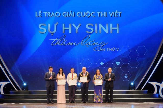 """GS. TS. Nguyễn Thanh Long - Bộ trưởng Bộ Y tế (bên trái ảnh) trao giải cho một số tác giả đoạt giải Cuộc thi viết """"Sự hy sinh thầm lặng"""" lần thứ V (năm 2020). Ảnh: Trần Minh"""