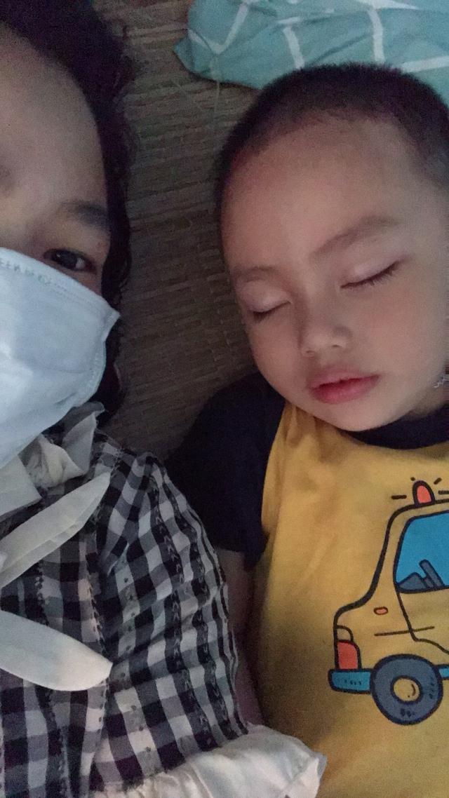 Niềm vui khi được về ôm con, âu yếm ru con nhỏ ngủ (ảnh: NVCC).