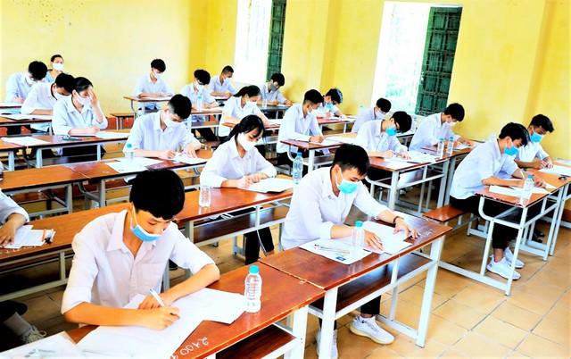 Giãn cách xã hội, học sinh Hà Nội nhận giấy chứng nhận kết quả thi THPT tại nhà - Ảnh 1.